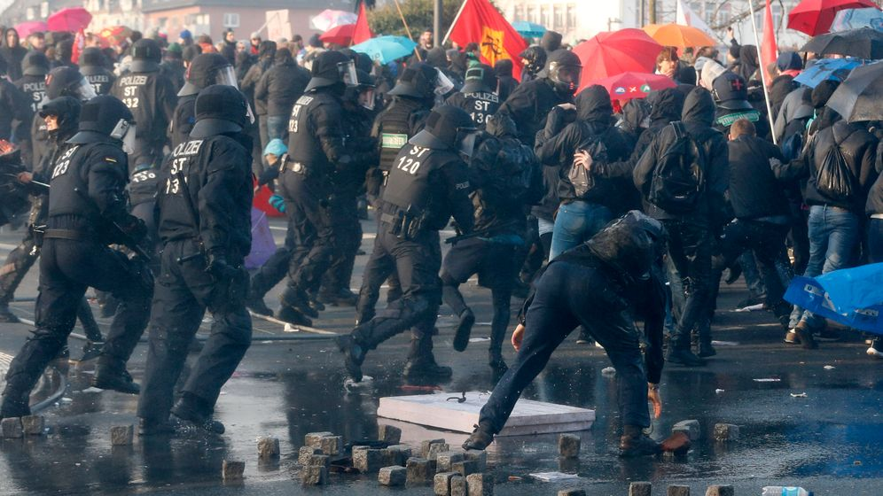 Anti-EZB-Protest: Mit Steinen gegen die Zentralbank