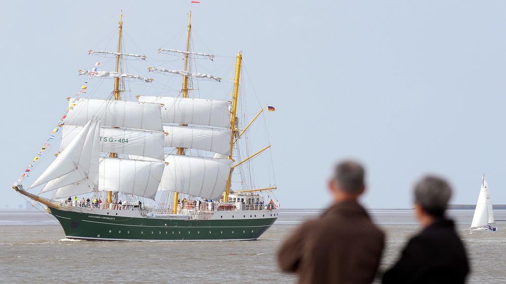 """Schiffstaufe in Bremerhaven: Sekt am Bug der """"Alexander von Humboldt II"""""""