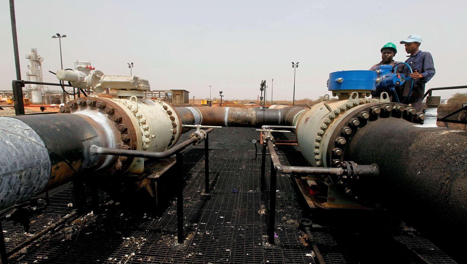 CORRECTION-SUDAN-SSUDAN-UNREST-ECNOMY-OIL