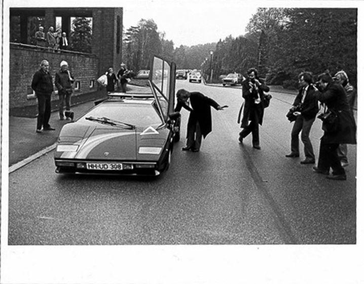 """Der """"Schöne Klaus"""" im Lamborghini Countach. Das Foto wurde 1982 in Hamburg-Ohlsdorf aufgenommen. Der """"Schöne Klaus"""" besuchte die Beerdigung des """"Schönen Mischa""""."""