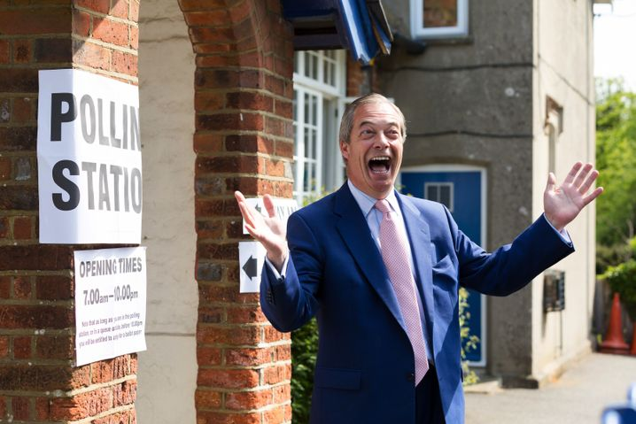 Der Brexit-Brite: Nigel Farage vor dem Wahllokal