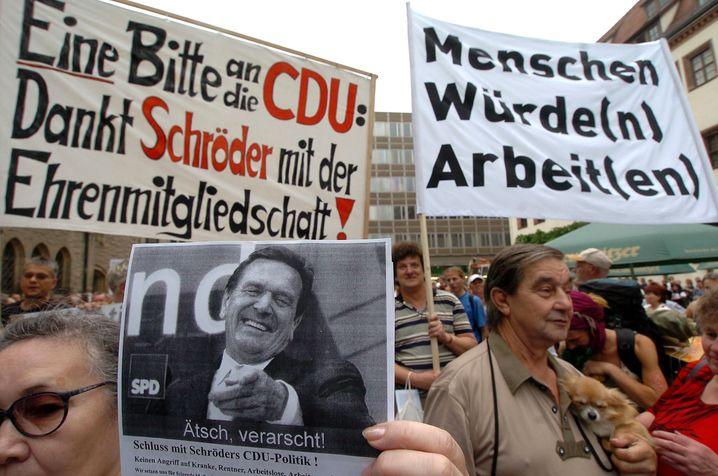 """Demonstration in Leipzig (2004) unter dem Motto """"Weg mit Hartz IV"""""""