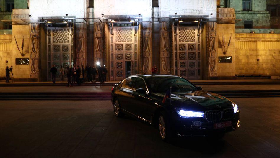 Das Auto des tschechischen Botschafters Vitezslav Pivonka vor dem russischen Außenministerium