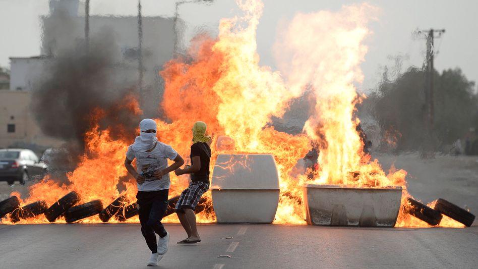 Brennende Reifen in Bahrain (am Samstag): Protest gegen das Formel-1-Rennen