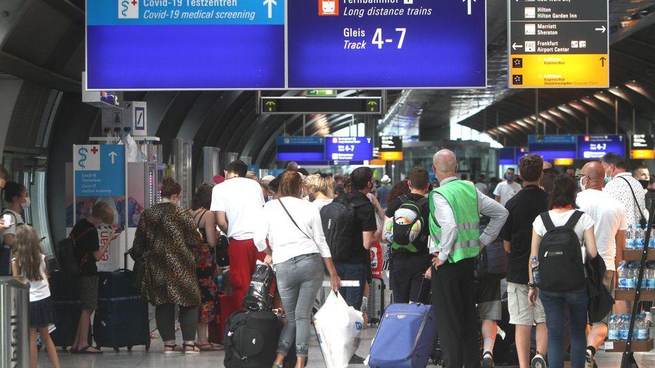 Flugreisende warten am Flughafen Frankfurt auf einen Coronatest