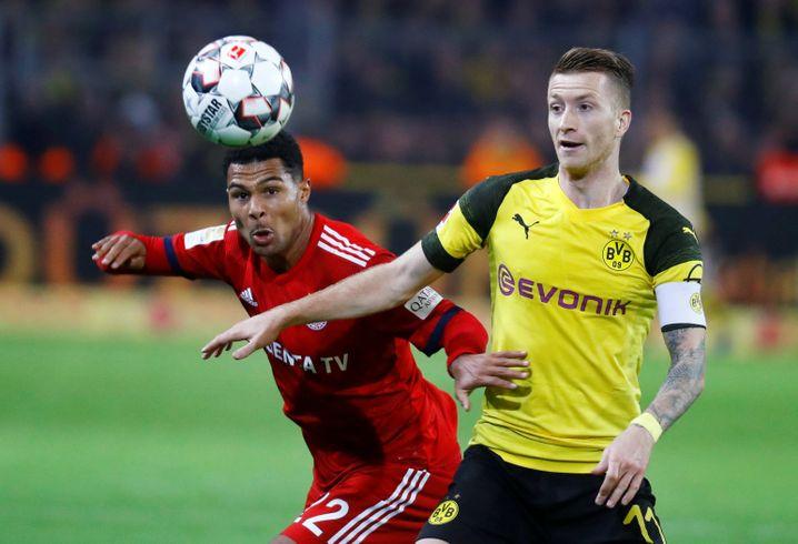 Serge Gnabry (l.) und Marco Reus kämpfen im Hinspiel um den Ball