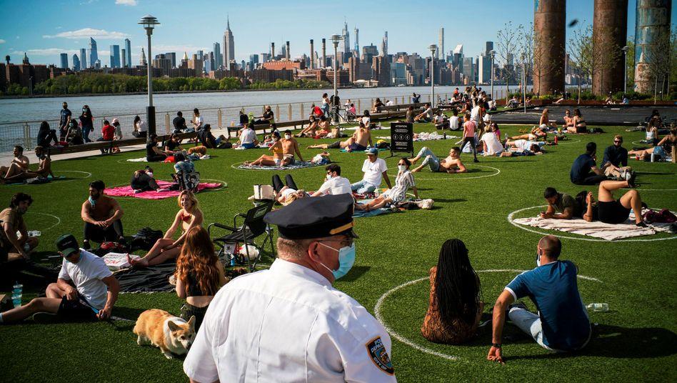 New Yorker Polizist in einem Park in Brooklyn