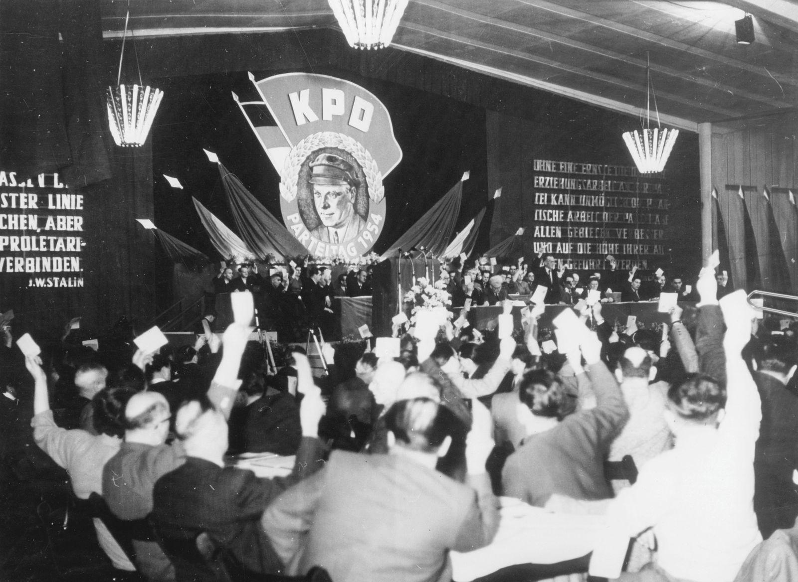 KPD - Parteitag der KPD in Hamburg; die Delegierten während einer Abstimmung