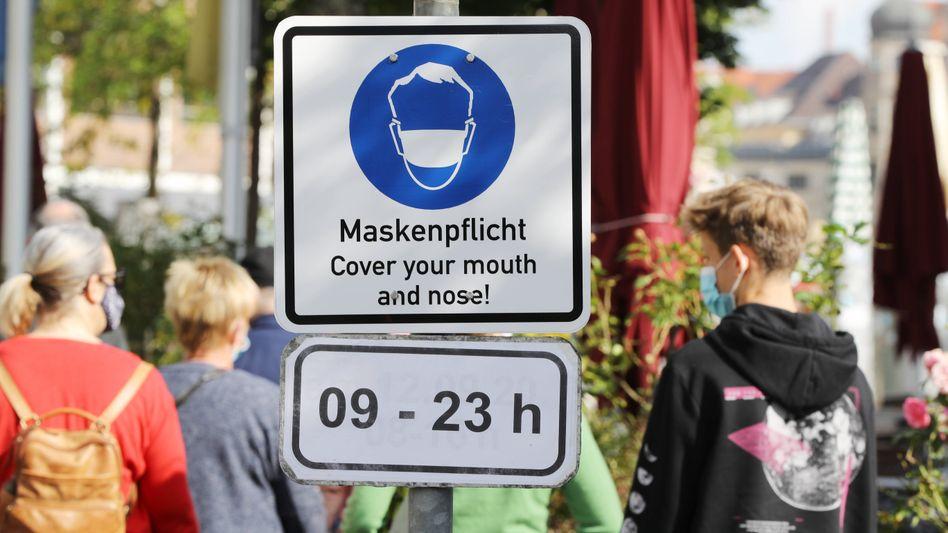 Um Ansteckungen zu vermeiden, herrscht unter anderem auf dem Münchner Viktualienmarkt jetzt Maskenpflicht