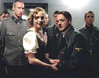 Hitler (Bruno Ganz) mit Ehefrau Eva (Juliane Köhler): Beherzter Kuss auf den Mund