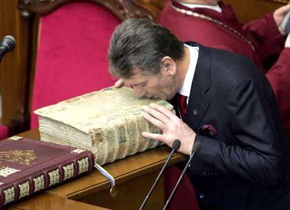 Lang erwartete Geste: Juschtschenko küsst bei der Vereidigung die Bibel