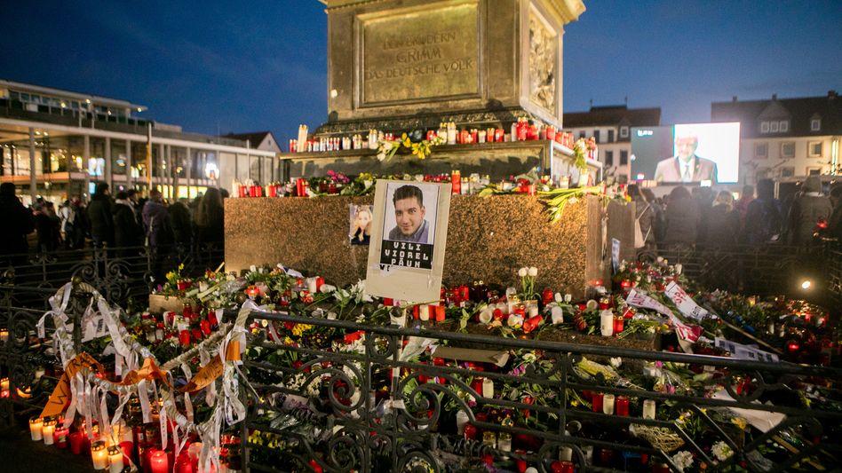 Blumenaltar in Hanau nach dem rechtsextremen Anschlag (Archivbild)