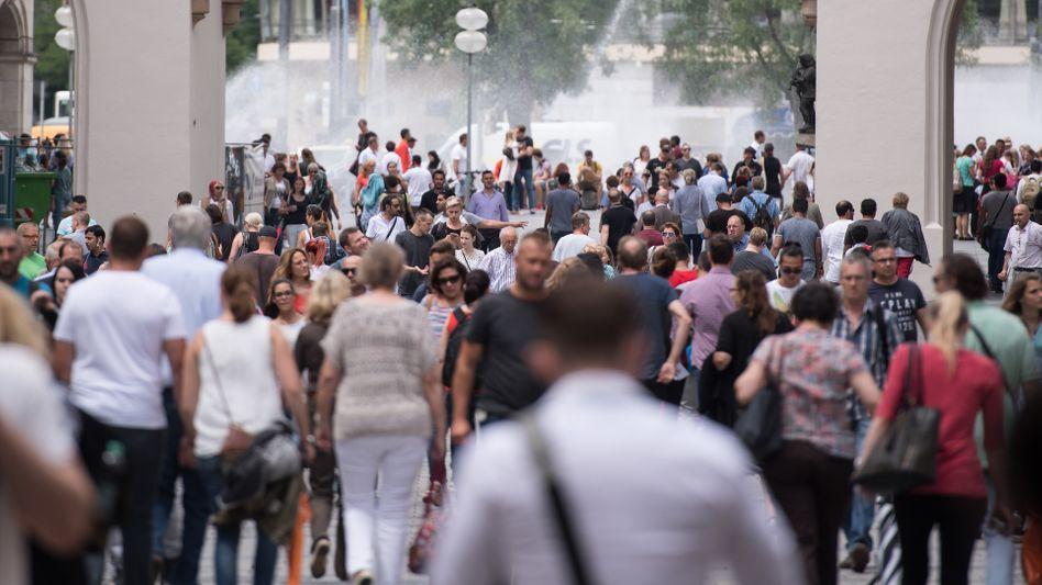 Bayern boomt: Passanten in einer Fußgängerzone in München