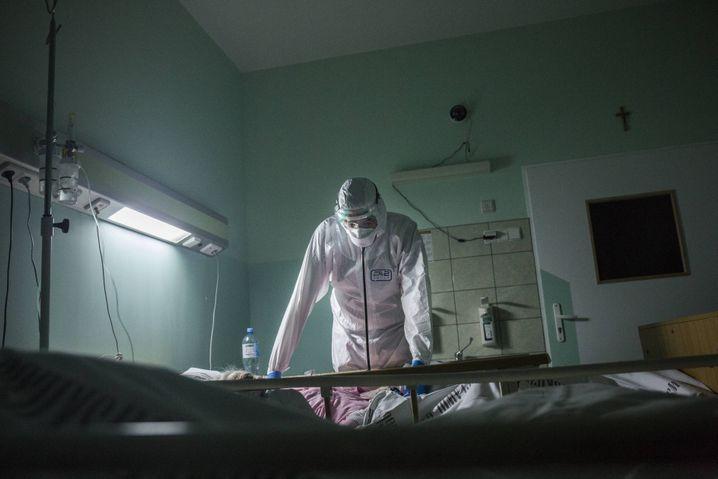 Szene in einer auf Corona-Patienten spezialisierten Station eines Krankenhauses in Breslau: Patienten mit Atemwegserkrankungen erleben oft besonders schwere Infektionsverläufe