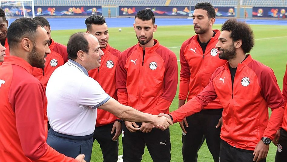 Ägyptens Diktator Sisi beim Handschlag mit Mo Salah: Das Turnier ist Chefsache