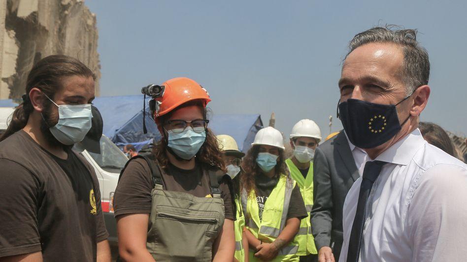 Heiko Maas in Beirut mit Mitgliedern eines Rettungsteams