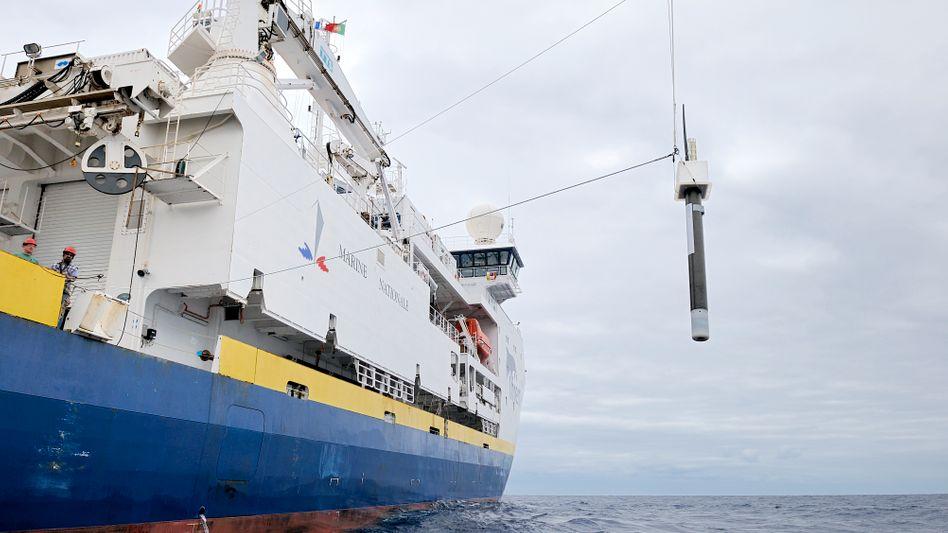 Ein Schiff beim Aussetzen eines Schwimmroboters (Archivfoto)