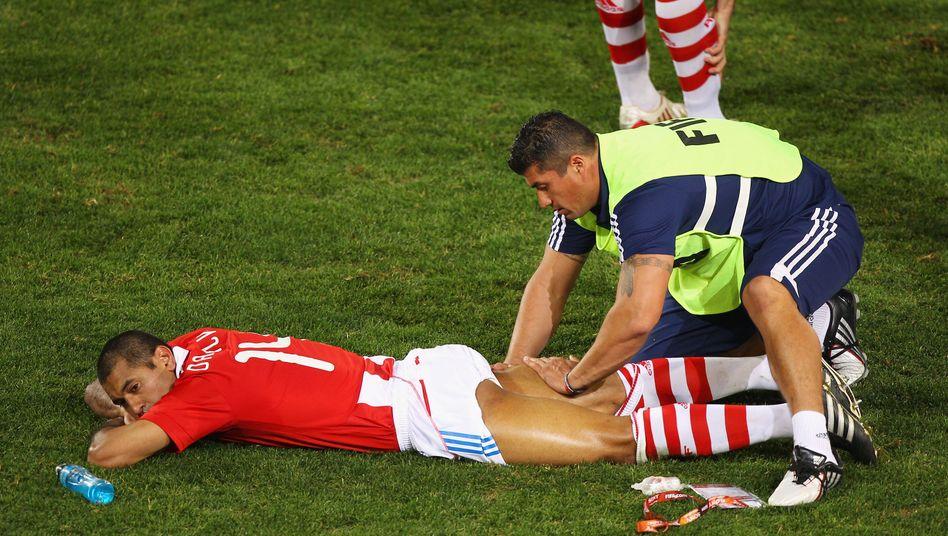 Massage auf dem Spielfeld (hier: vor der Verlängerung beim WM-Viertelfinale 2010 für Paraguays Paulo Da Silva): »Du massierst mich fit«
