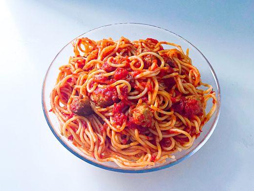 Verena Lugerts Pasta Ferrari: Tomatensoße, Chili. Nudeln ins Wasser, Boxenstop, weiter geht's, wrummm