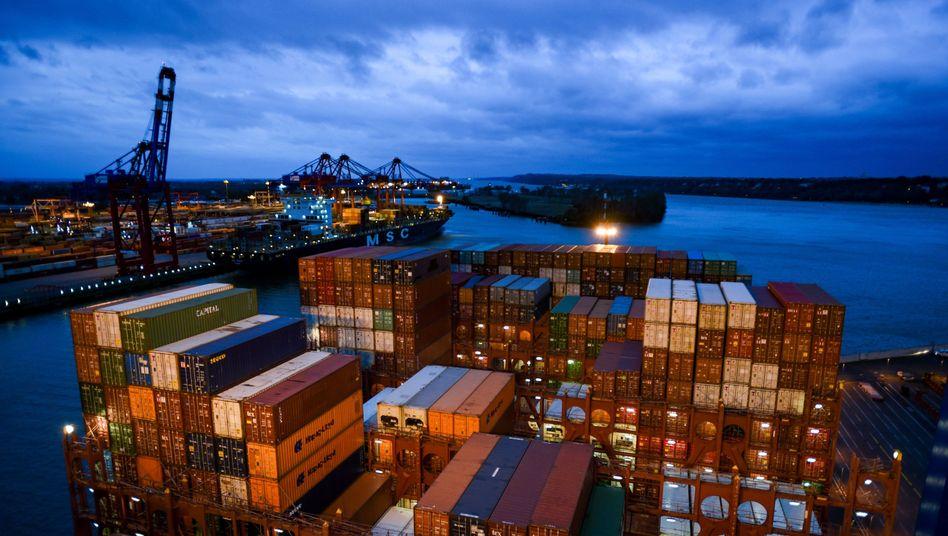 Containerfracht am Kai in Hamburg
