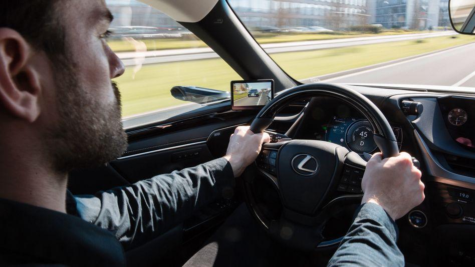 Kamera und Bildschirm statt Glas: Digitaler Rückspiegel im Lexus ES 300h.