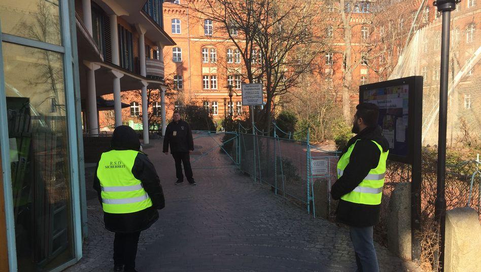 Sicherheitsdienst vor Spreewald-Grundschule