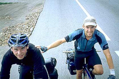 Felix Göpel und Kevin Meisel: Hier konnten sie sich an einen Lastwagen anhängen und etwas Luft schnappen, das Foto schossen die mitfahrenden Arbeiter.