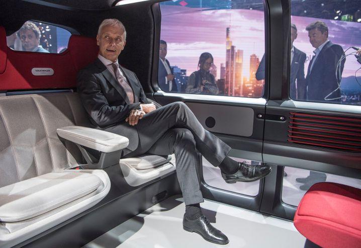 VW-Chef Matthias Müller im autonom fahrenden Kleinbus Sedric