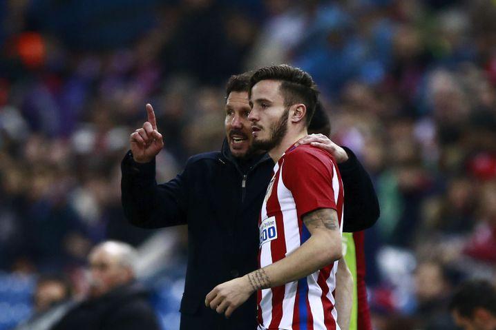 Atlético Madrid-Trainer mit Saúl Ñíguez (r.)