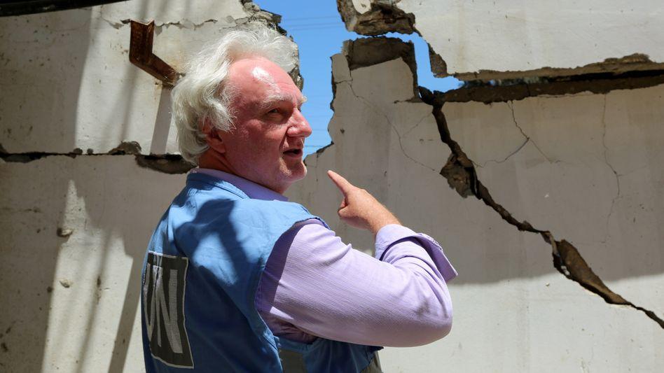 Gaza-Direktor Matthias Schmale begutachtet Schäden am UNRWA-Gebäude in Gaza nach Raketenangriffen aus Israel (Archivbild vom 18. Mai)