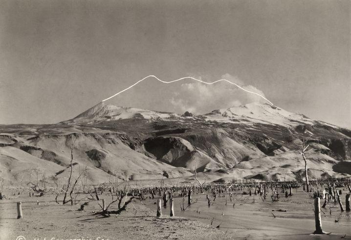 Katmai: Die Bergkuppel (weiße Linie) wurde beim Ausbruch 1912 weggesprengt
