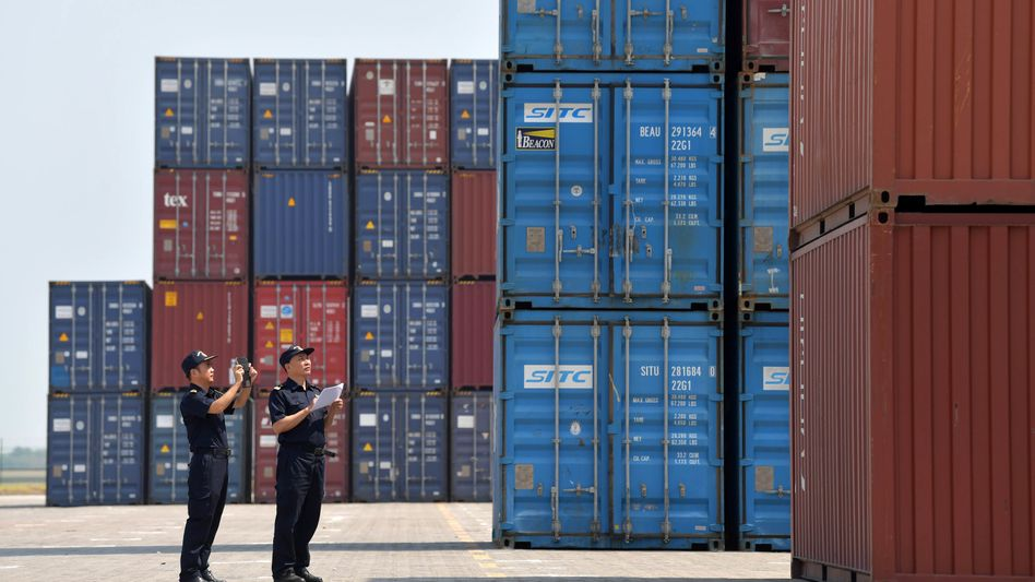 Zollbeamte inspizieren Container im Longtougang Port in Nanchang City, China