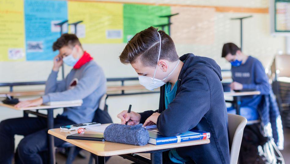 Schüler mit Maske im Unterricht (Symbolbild)