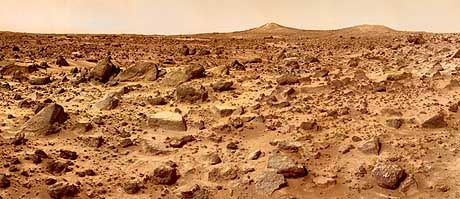 """Unebenes Terrain: Eine schier endlose Wüste voll roten Gerölls zeigt die """"Pathfinder""""-Sonde kurz nach ihrer Landung auf dem Planeten"""