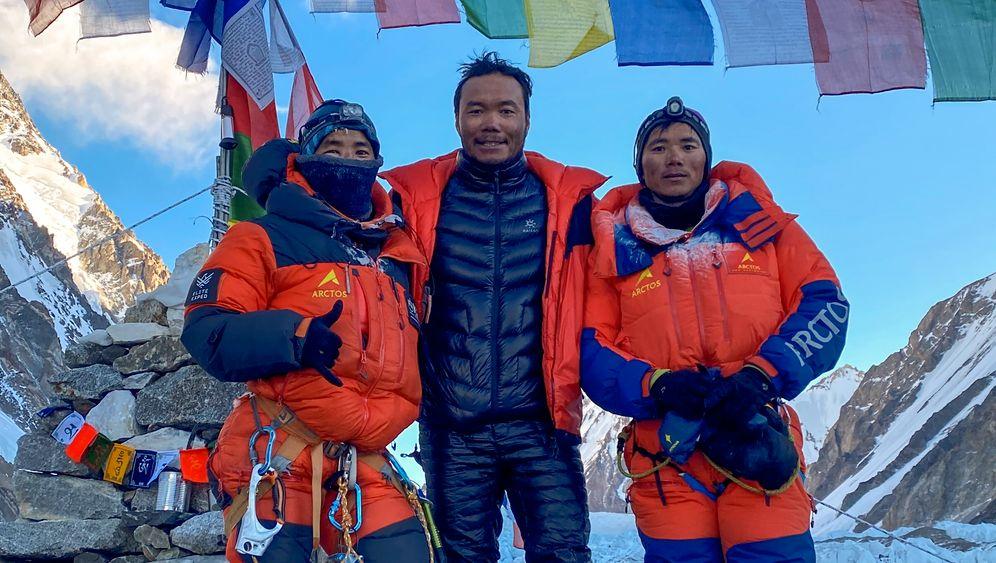Sona Sherpa (r.) zurück im K2-Basislager: Zehn Nepalesen aus verschiedenen Teams feiern den Rekord