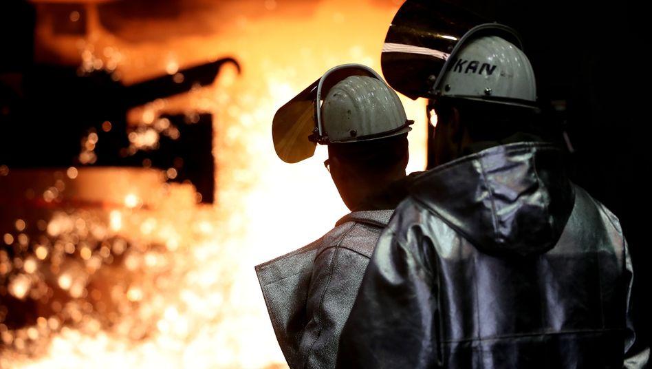 Stahlarbeiter bei Thyssenkrupp in Duisburg: Dreistelliger Millionenbetrag für Restrukturierungen
