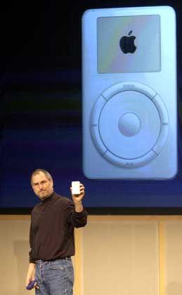 Musikfreund: Apple-Chef Steve Jobs mit dem MP3-Player iPod