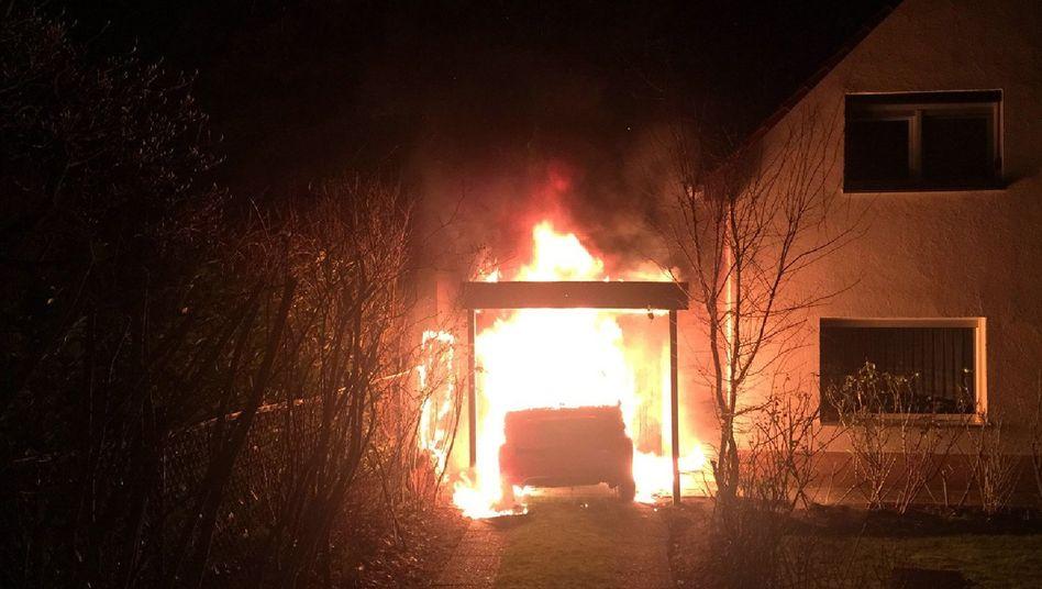 Brennendes Fahrzeug in Berlin-Neukölln in der Garage des Linkenpolitikers Ferat Kocak, Februar 2018.