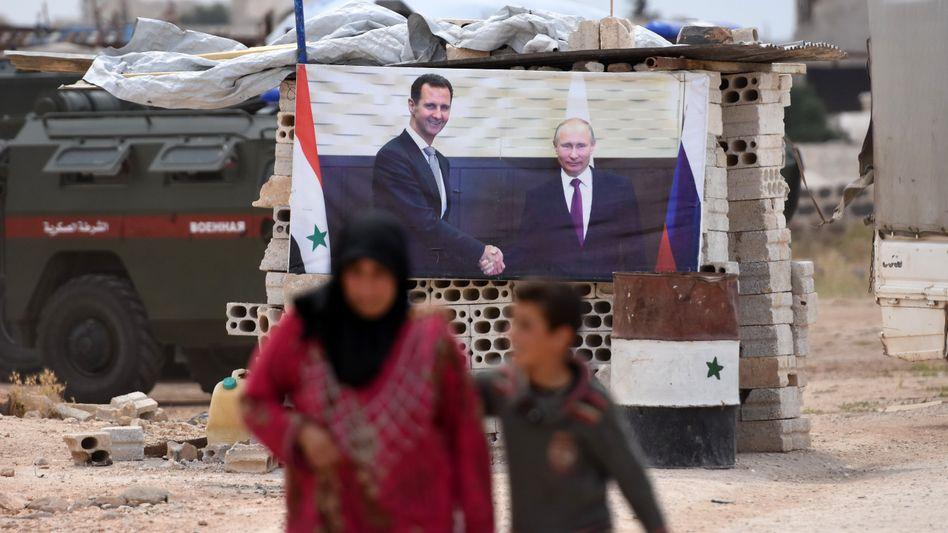Banner mit Putin (r.) und al-Assad (l.), im Westen der Region Idlib