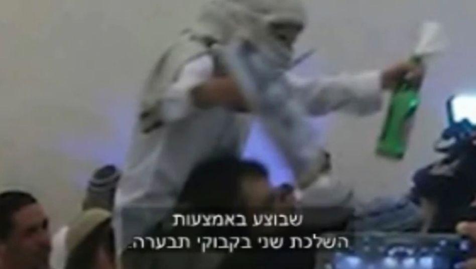 Ausschnitt aus dem Video: Hochzeitsgäste feiern und jubeln mit Waffen