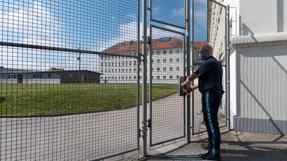 Vollzugsbediensteter in JVA Straubing