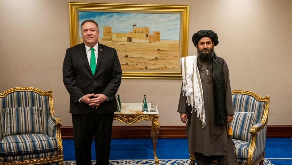 US-Außenminister Pompeo und Taliban-Führer in Doha: Überraschend weitreichende Kooperation