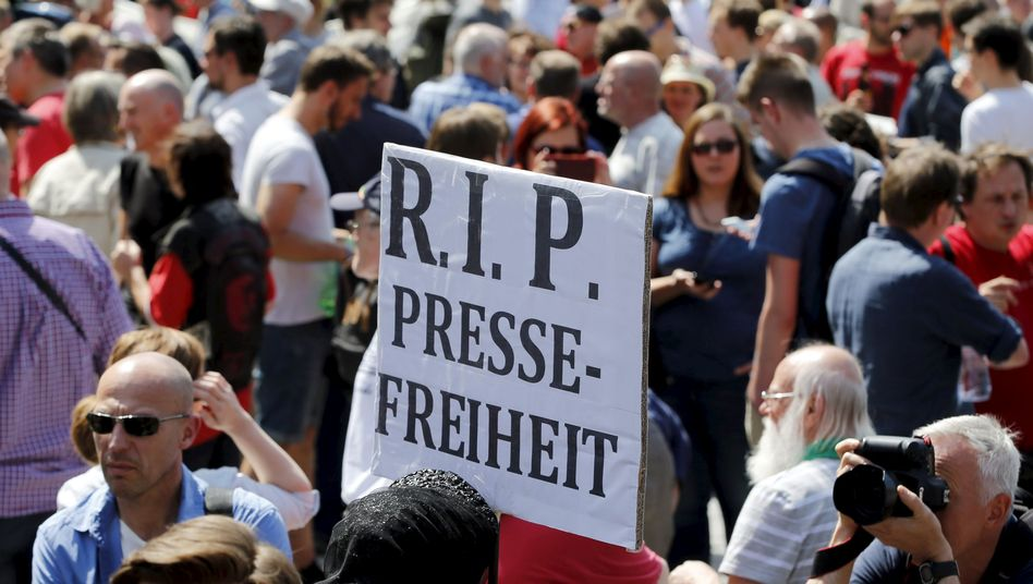 A sign reading RIP Press Freedom at a demonstration to protest recent legal proceedings against the blog Netzpolitik.org.