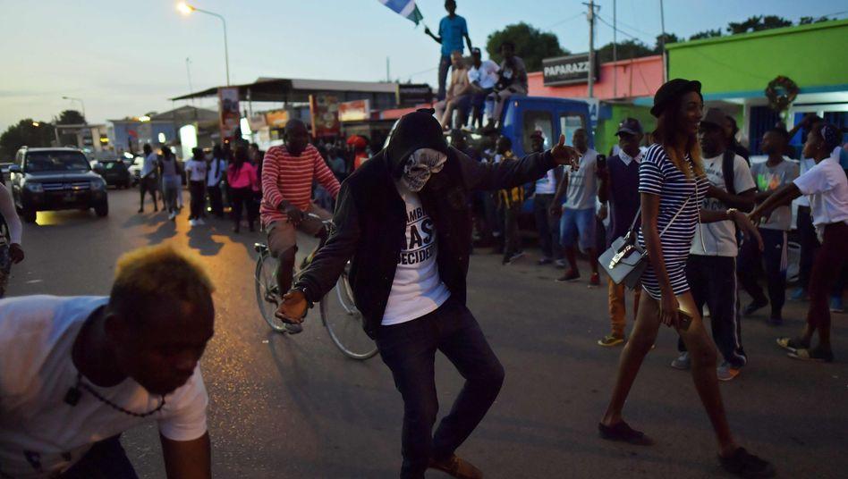 Menschen in Gambia feiern Jammehs Rücktritt