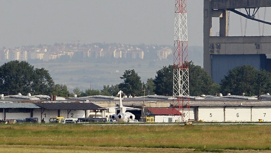 Belgrader Flughafen: Mladic in die Niederlande ausgeliefert