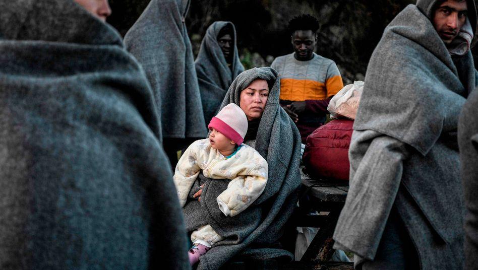 Eine Frau und ein Kind auf Lesbos nach ihrer Ankunft - die Situation auf der griechischen Insel ist weiterhin angespannt