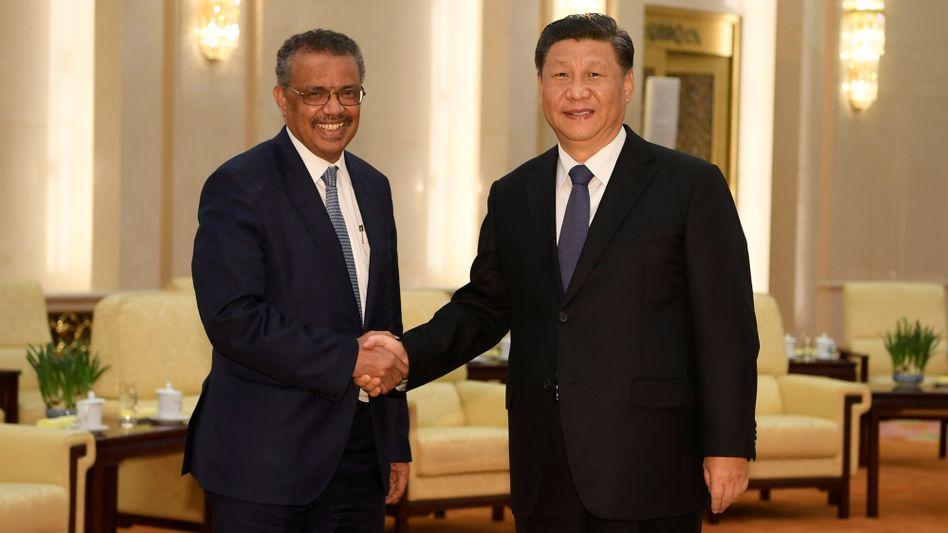 WHO-Generaldirektor Tedros mit Chinas Präsident Xi Jinping im Januar in Peking