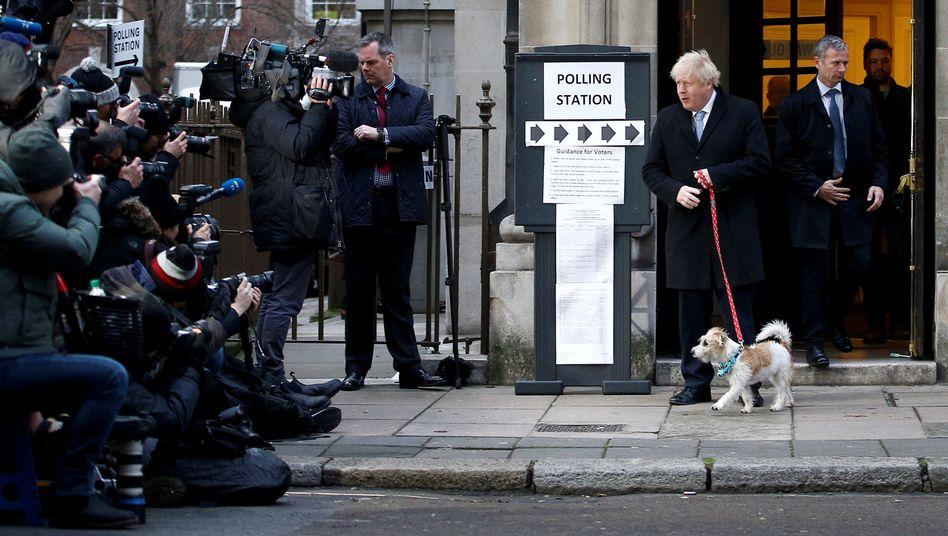 Sieger Johnson mit Hund Dilyn: Er hat das Land politisch und moralisch verwüstet