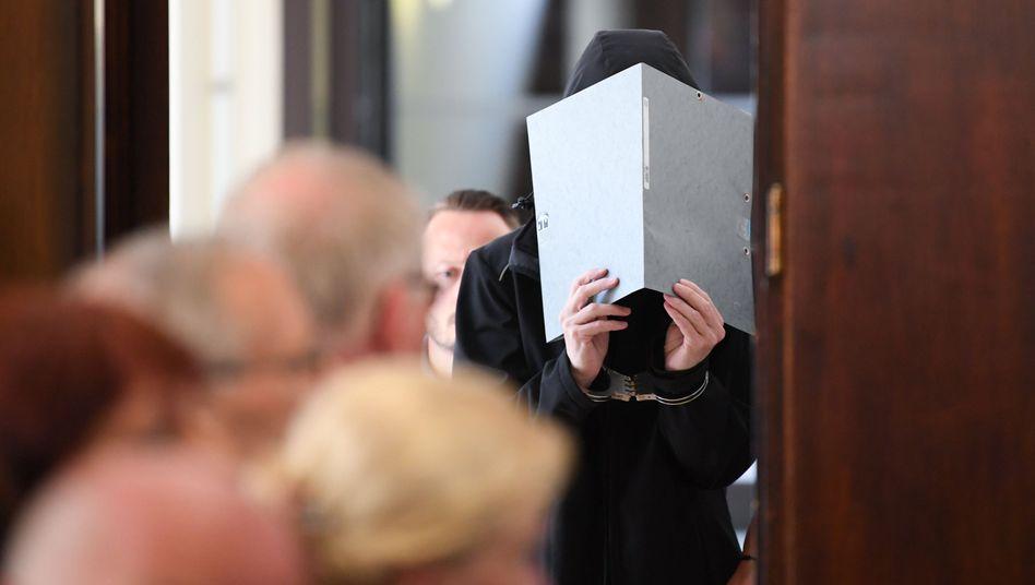 Angeklagte 47-Jährige im Gerichtssaal in Darmstadt