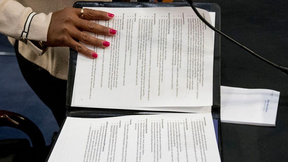 Einem AP-Fotograf gelang diese Aufnahme von Zuckerbergs Notizen, bevor eine Helferin die Mappe zuklappen konnte